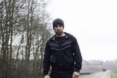 Харизматический строгий человек во время идущей встречи в сельской местности Стоковые Изображения