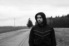 Харизматический строгий человек во время идущей встречи в сельской местности Стоковая Фотография