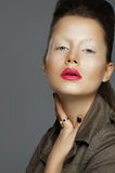 харизма Изощренная женщина с красными губами стоковые изображения
