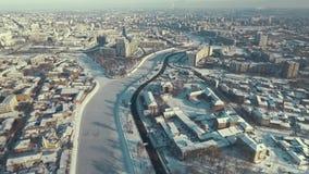 Харьков, Украина Антенна центра города покрытая со снегом, переходом через реку, зимой сток-видео