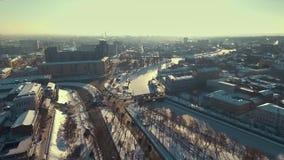 Харьков, Украина - 13-ое декабря 2016: Антенна городского ландшафта покрытая со снегом, рекой Lopan во льду видеоматериал