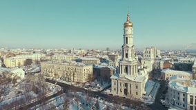 Харьков, Украина - 13-ое декабря 2016: Антенна городского ландшафта покрытая со снегом, церковью Uspenkii Sobor акции видеоматериалы