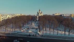 Харьков, Украина - 13-ое декабря 2016: Антенна городского ландшафта покрытая со снегом, церковью Zhon Myronosyts акции видеоматериалы