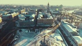 Харьков, Украина - 13-ое декабря 2016: Антенна квадрата конституции, центра города покрытого со снегом сток-видео