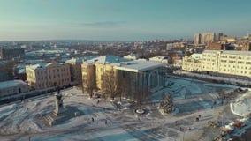 Харьков, Украина - 13-ое декабря 2016: Антенна музея истории, квадрата конституции покрытого со снегом видеоматериал