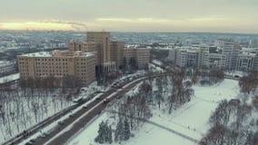 Харьков, Украина - 13-ое декабря 2016: Антенна национального университета, Derzhprom на зимний день видеоматериал