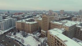Харьков, Украина - 13-ое декабря 2016: Антенна национальных университета и Derzhprom, города покрытого со снегом сток-видео
