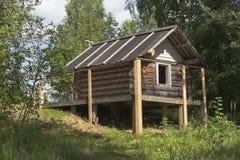 Хата Бабы Yaga в территории естественного района Dudorova Verkhovazhsky парка памятника Стоковая Фотография