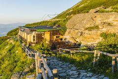Хата в высоком Tatras в Словакии на ноге пика Lomnicki - chata горы Schronisko Lomnickie Skalnata, pri Skalnat Chata Стоковые Фото