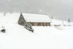 Хата в расчистке в снеге Стоковые Фото