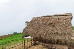 хата и дом под туманом в утре на ушате Berk Phu, Petchab стоковые изображения rf