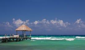 Хата и посадка пляжа в карибских водах Стоковое Изображение RF