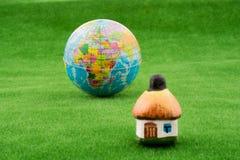 Хата около глобуса Стоковое Изображение