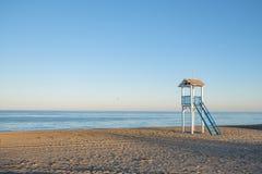 Хата предохранителя жизни на пляже на заходе солнца стоковая фотография rf