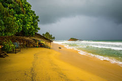 Хата пляжа в шторме Стоковые Фото