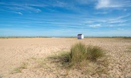 Хата пляжа на песчаном пляже Стоковое Изображение RF