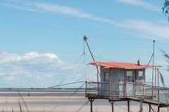 Хата рыбной ловли на ходулях вызвала Carrelet, лиман Жиронды, Францию стоковое изображение