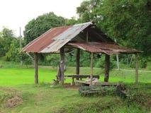 Хата укрытия в поле создана для того чтобы отдохнуть после обрабатывать землю Таиланд Стоковая Фотография RF