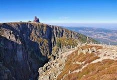 Хата Snowy Cirque и горы в гигантских горах Стоковое Изображение