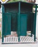 Хаты в рядке Зеленые деревянные открытые раздевалки с белым полом Купать коробки Море кабин одевая шкафчики Время летних каникуло Стоковые Фото