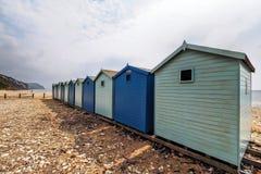 Хаты пляжа на пляже Charmouth Стоковые Фотографии RF
