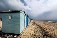 Хаты пляжа на пляже Charmouth Стоковая Фотография