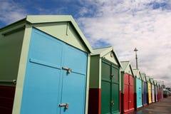 хаты пляжа ярк покрашенные стоковые фотографии rf
