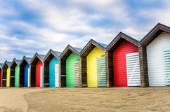 хаты пляжа ярк покрашенные стоковые фото