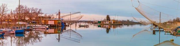Хаты рыбной ловли на лагуне морской воды Стоковое Изображение RF