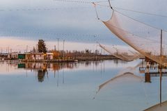 Хаты рыбной ловли на лагуне морской воды Стоковая Фотография