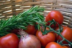 Хворостина с томатами, луками, и розмариновым маслом в плетеной корзине Стоковое Фото