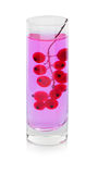 Хворостина яркой красной смородины в стекле с водой, ягодами для освежая коктеилей изолированных на белой предпосылке стоковые изображения rf