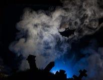 Хеллоуин, ведьма на broomstick на заднем плане луны Стоковое Изображение