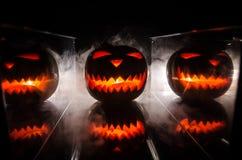 Хеллоуин - старый Джек-o-фонарик на черной предпосылке Крупный план страшных тыкв хеллоуина Стоковые Фото