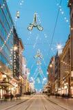 Хельсинки, Финляндия Взгляд ночи улицы Aleksanterinkatu с железной дорогой Стоковые Фотографии RF