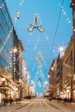 Хельсинки, Финляндия Взгляд ночи улицы Aleksanterinkatu с Ра Стоковая Фотография RF