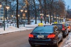 ХЕЛЬСИНКИ, ФИНЛЯНДИЯ - 12-ОЕ НОЯБРЯ: ездите на такси на улицах Хельсинки, ФИНЛЯНДИИ 12-ое ноября 2016 Стоковая Фотография RF