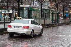 : ХЕЛЬСИНКИ, ФИНЛЯНДИЯ - 25-ОЕ ОКТЯБРЯ: ездите на такси на улицах Хельсинки, ФИНЛЯНДИИ - 25-ое октября 2016 В такси Финляндии обс Стоковая Фотография RF