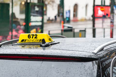 : ХЕЛЬСИНКИ, ФИНЛЯНДИЯ - 25-ОЕ ОКТЯБРЯ: ездите на такси на улицах Хельсинки, ФИНЛЯНДИИ - 25-ое октября 2016 В такси Финляндии обс Стоковое Фото