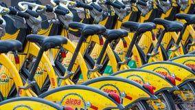 Хельсинки, Финляндия - 4-ое сентября 2018: Прокат велосипеда Велосипеды города Alepa Fillari припарковали, ждущ нанимателей стоковое изображение