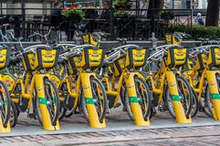 Хельсинки, Финляндия - 4-ое сентября 2018: Прокат велосипеда Велосипеды города Alepa Fillari припарковали, ждущ нанимателей стоковые изображения rf