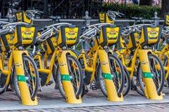 Хельсинки, Финляндия - 4-ое сентября 2018: Прокат велосипеда Велосипеды города Alepa Fillari припарковали, ждущ нанимателей стоковые фото