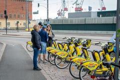 Хельсинки, Финляндия - 4-ое сентября 2018: Прокат велосипеда Велосипеды города Alepa Fillari припарковали, ждущ нанимателей стоковая фотография rf