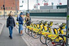 Хельсинки, Финляндия - 4-ое сентября 2018: Прокат велосипеда Велосипеды города Alepa Fillari припарковали, ждущ нанимателей стоковое изображение rf