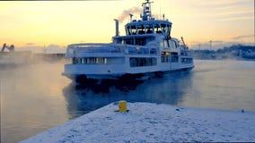 ХЕЛЬСИНКИ, ФИНЛЯНДИЯ - 8-ОЕ ЯНВАРЯ 2015: Небольшой паром проводя во льду между Хельсинки и Суоменлинной видеоматериал