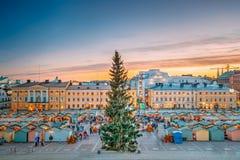 Хельсинки, Финляндия Рынок Xmas рождества с рождественской елкой дальше стоковые изображения