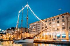 Хельсинки, Финляндия Старая деревянная шхуна корабля сосуда плавания причалена к пристани города, моле Стоковое Изображение