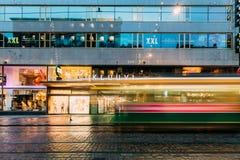 Хельсинки, Финляндия Трамвай уходит от стопа на улице Aleksanterinkatu Стоковые Фото