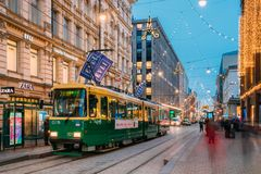 Хельсинки, Финляндия Трамвай уходит от стопа на улице Aleksanterinkatu Стоковое Фото