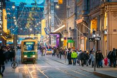 Хельсинки, Финляндия Трамвай уходит от стопа на улице Aleksanterinkatu Стоковое фото RF
